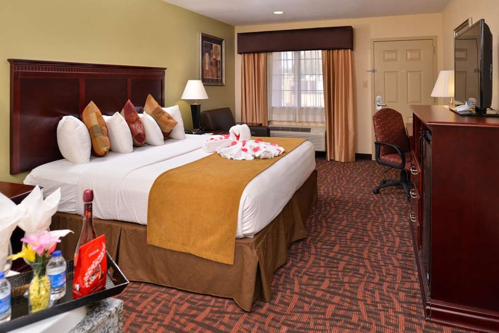 Best Western Eunice - Make yourself at home in our spacious king guest room with a whirlpool.