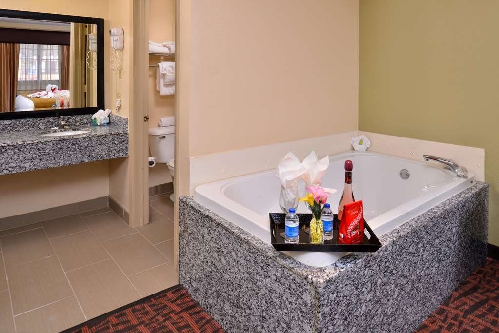 Best Western Eunice - This king guest room with a whirlpool also comes equipped with a microwave, refrigerator, spacious work desk and much more!