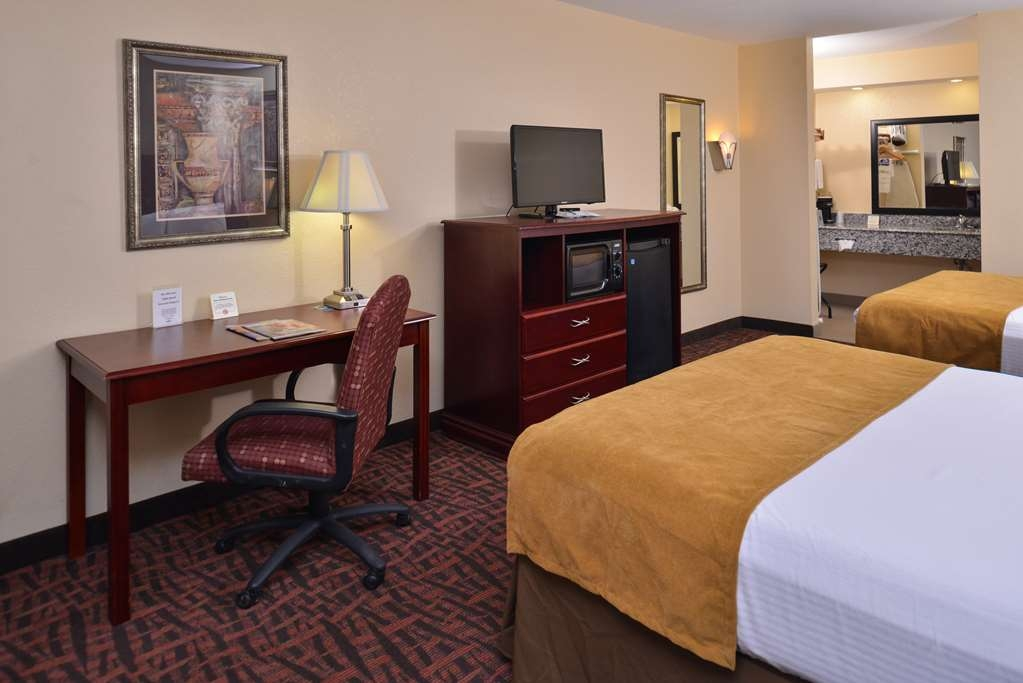Best Western Eunice - This two queen bed guest room comes complete with a 32-inch LCD TV, a microwave and a refrigerator.
