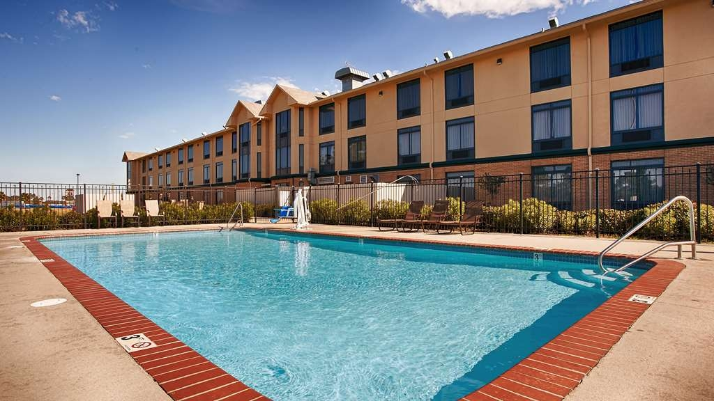 Best Western Inn at Coushatta - Take a refreshing dip or swim some laps in our outdoor pool.