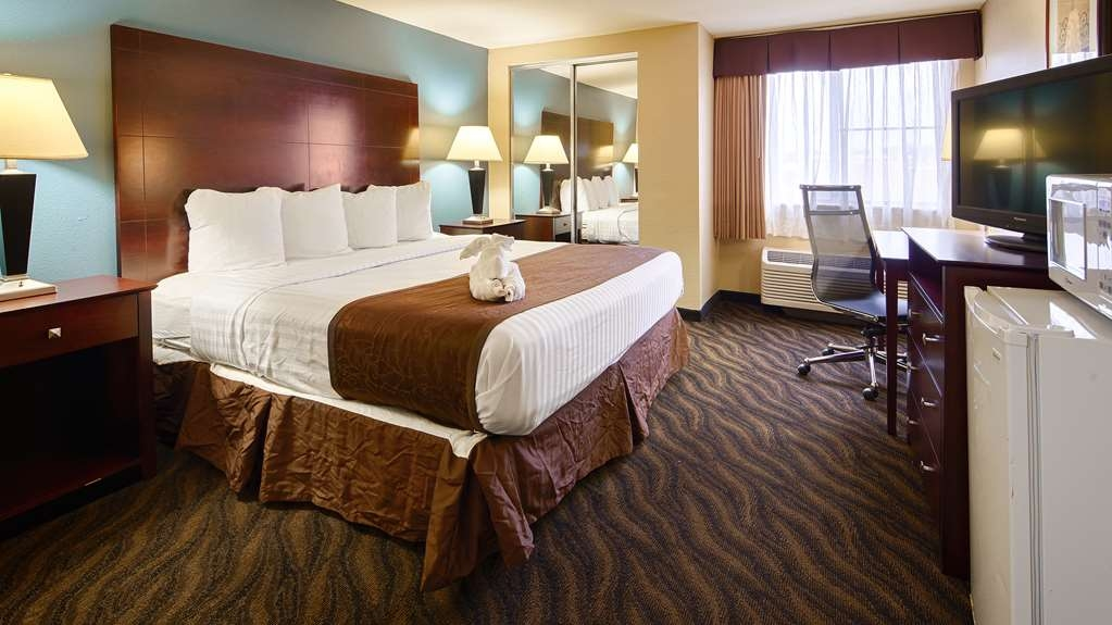 Best Western Magnolia Manor - This king room comes equipped with a microwave and a refrigerator for your snacking needs.