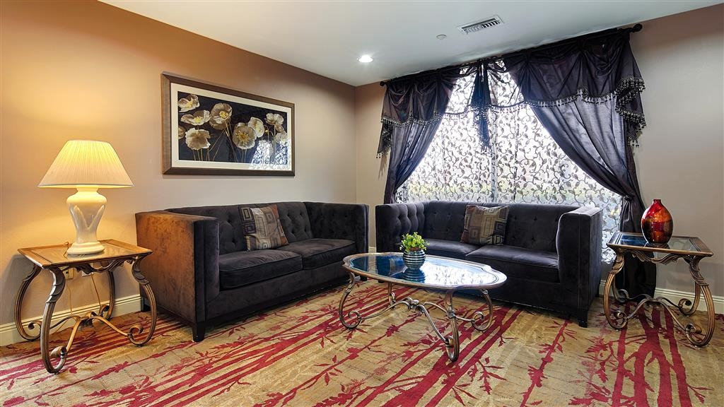 Best Western Plus Houma Inn - Meet up with friends and family in our comfortable lobby.