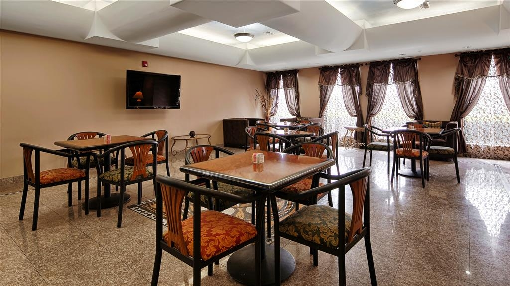 Best Western Plus Houma Inn - Catch the morning news while having breakfast in our spacious dining area.