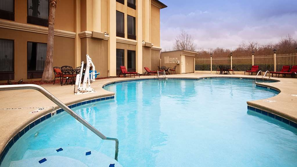 Best Western Plus Houma Inn - Make a splash in our sparkling outdoor swimming pool.