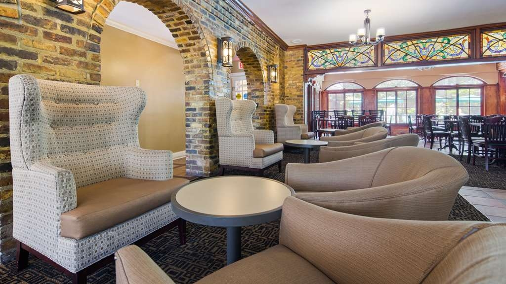 Best Western Plus French Quarter Landmark Hotel - Our lobby is the perfect spot to relax after a long day of work and travel.