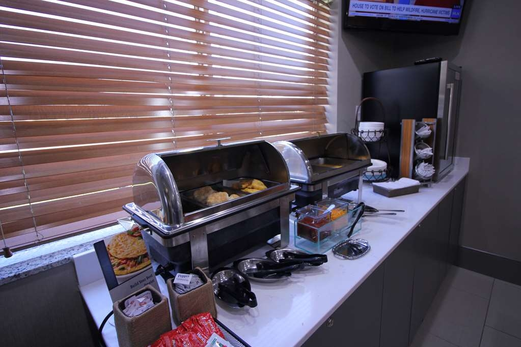 Best Western Plus Slidell Hotel - Hot items include eggs and meat.
