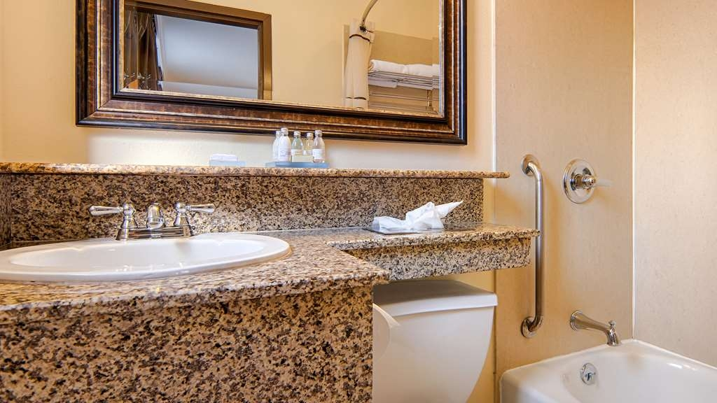 Best Western Plus St. Charles Inn - Guest Bathroom