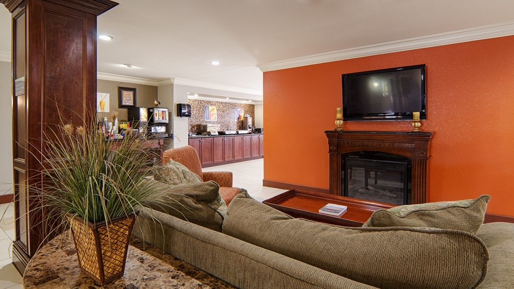 Best Western Isabelle Court - Meet up with friends or enjoy some quiet time and grab a complimentary newspaper in our lobby.