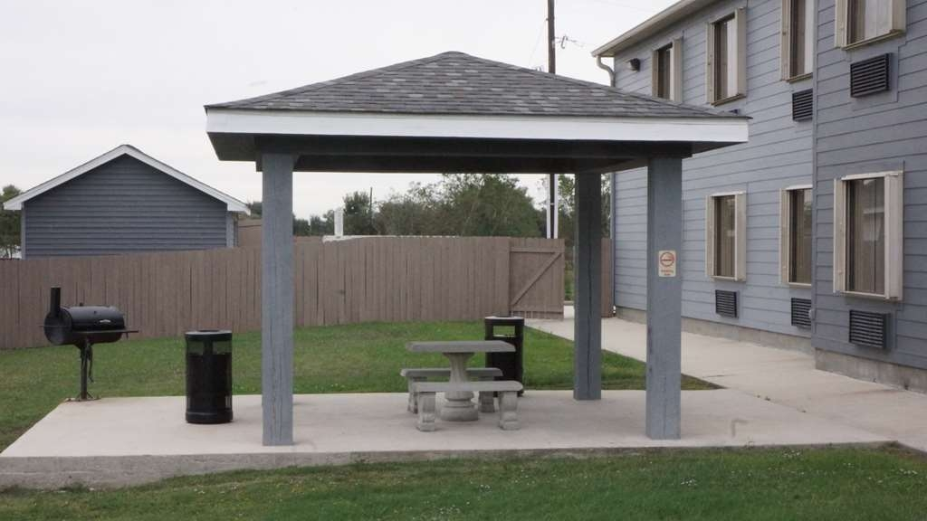 Best Western Isabelle Court - Outdoor Pavilion & BBQ Area