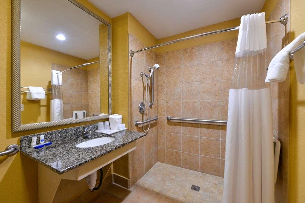 Best Western Plaquemine Inn - Handicap Two Bed Queen Bathroom