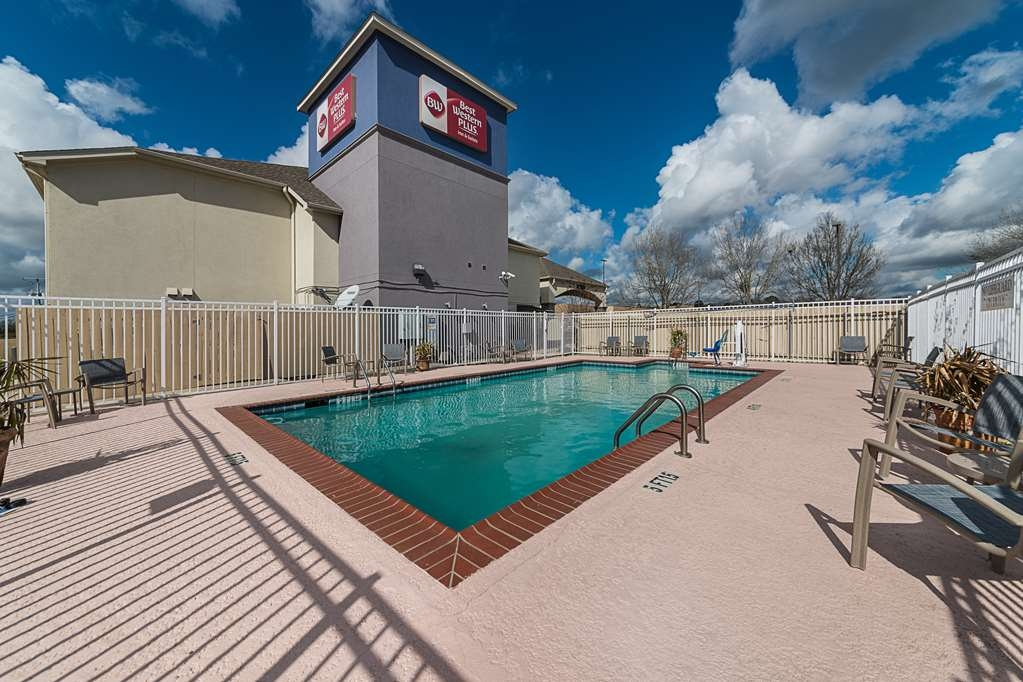 Best Western Plus DeRidder Inn & Suites - Go for a swim in our seasonal outdoor swimming pool.