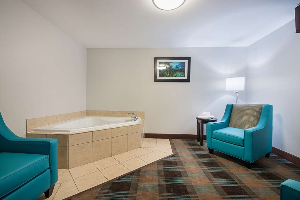 Best Western Plus DeRidder Inn & Suites - Relax and unwind in the whirlpool of our whirlpool king guest suite.