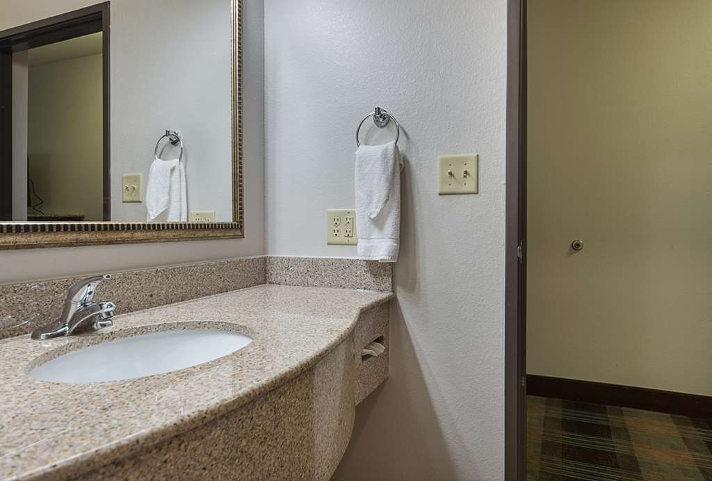 Best Western Plus DeRidder Inn & Suites - Guest Room Bathroom
