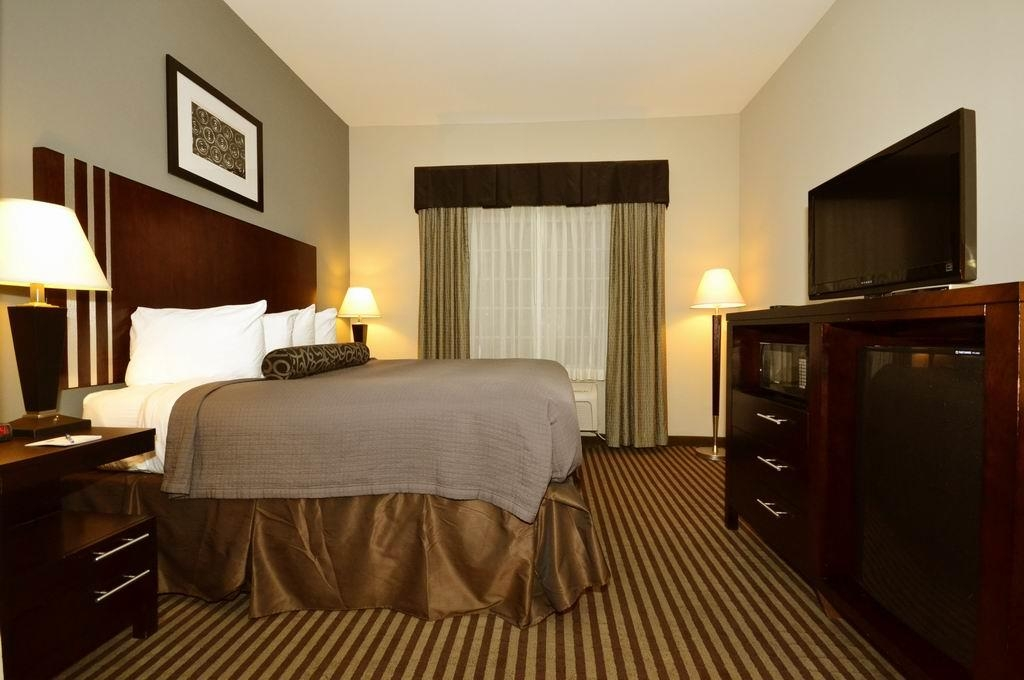 Best Western Abbeville Inn & Suites - Relax in front of the 32-inch flat-panel TV, offering full channels package including HBO®, CineMax®, Showtime®, Starz® etc.