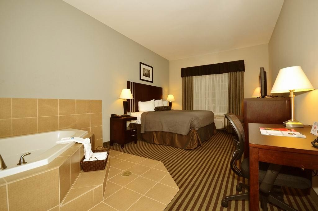 Best Western Abbeville Inn & Suites - Romantic getaway! Enjoy the luxurious whirlpool suites!