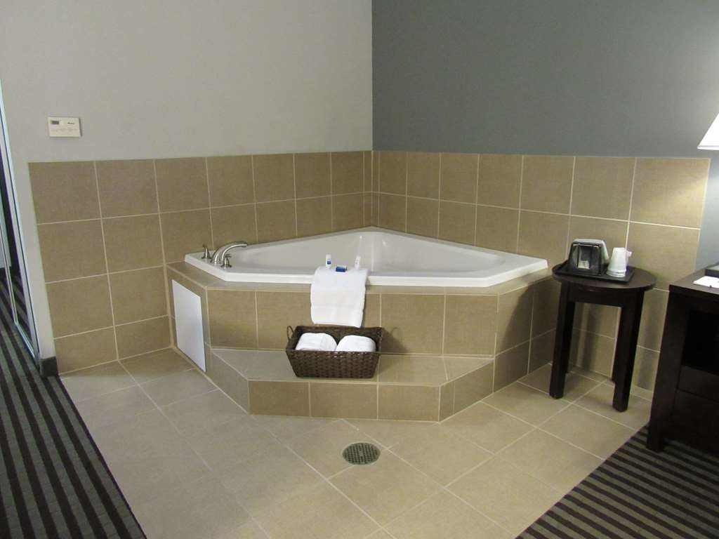 Best Western Abbeville Inn & Suites - Enjoy the whirlpool suite with special someone.
