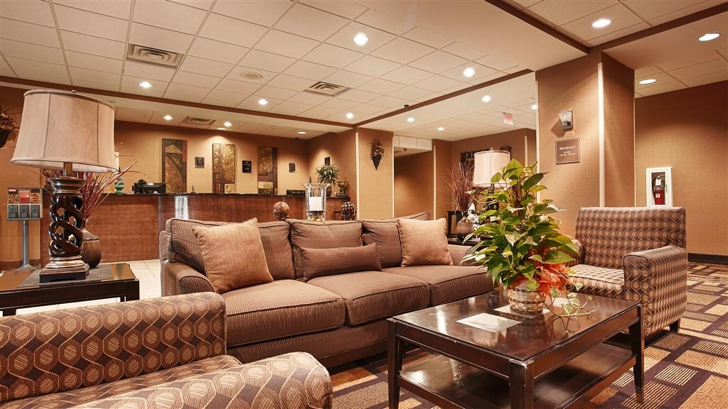 Best Western St. Francisville Hotel - Relax or meet up with friends in our comfortable lobby.