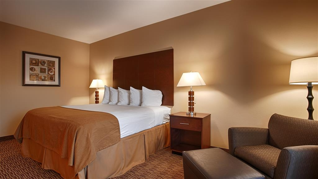 Best Western St. Francisville Hotel - All of our guest rooms provide microwaves, refrigerators, and easy chairs.