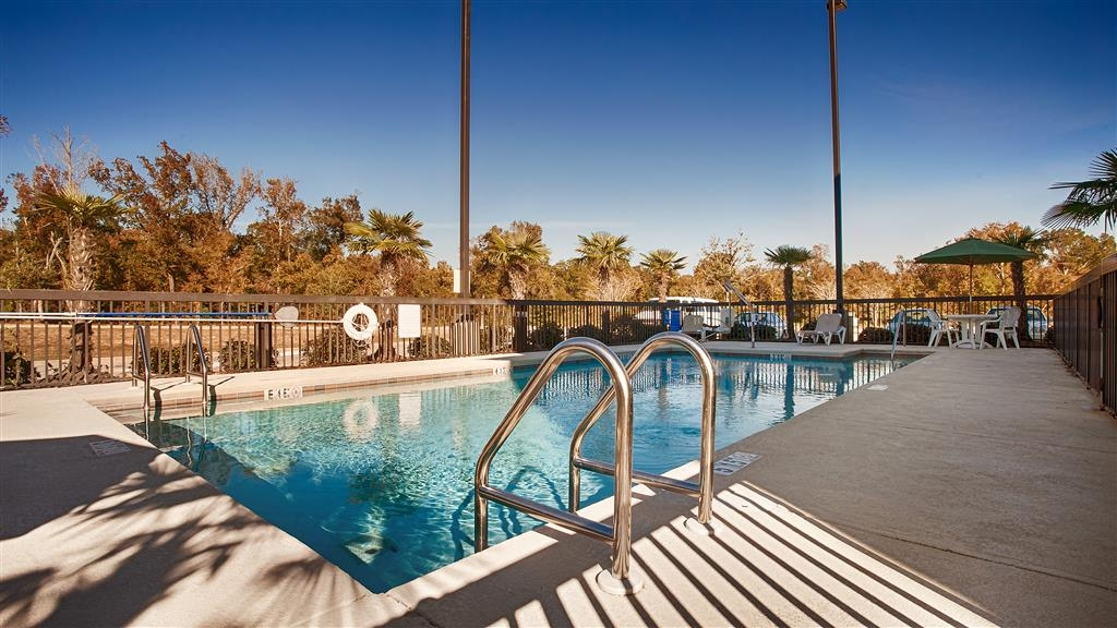 Best Western St. Francisville Hotel - whether you want to relax poolside or take a dip, our outdoor pool area is the perfect setting to unwind.