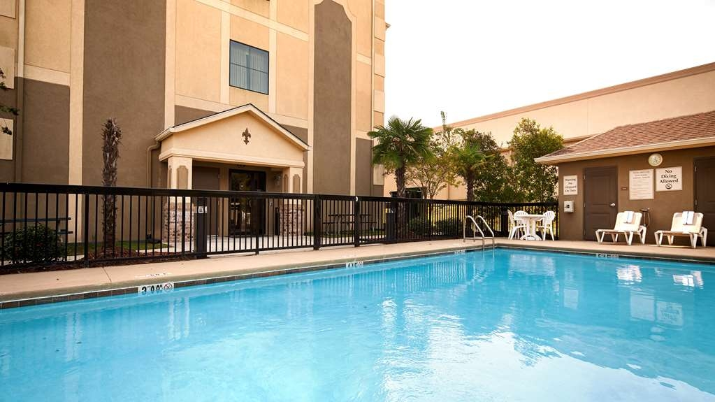 Best Western St. Francisville Hotel - splash around and have fun with the family in our outdoor pool for endless hours of fun.