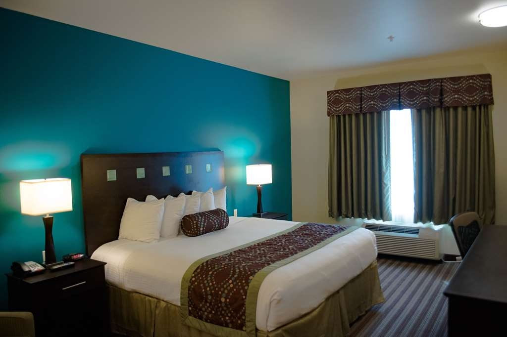 Best Western Plus DeSoto Inn & Suites - This king guest room is equipped with a microwave and refrigerator to meet your snacking needs.