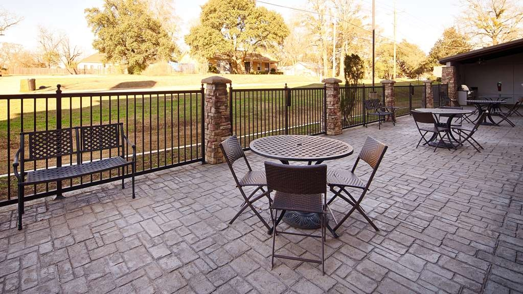 Best Western Plus DeSoto Inn & Suites - Sit back and relax in our outdoor seating area.