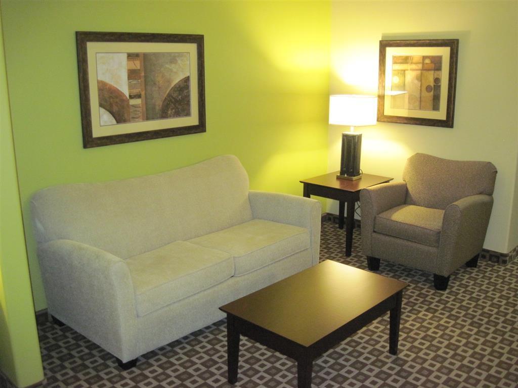 Best Western Plus Chalmette Hotel - Diese Suite mit Kingsize-Bett ist ausgestattet mit Kühlschrank und Mikrowelle.
