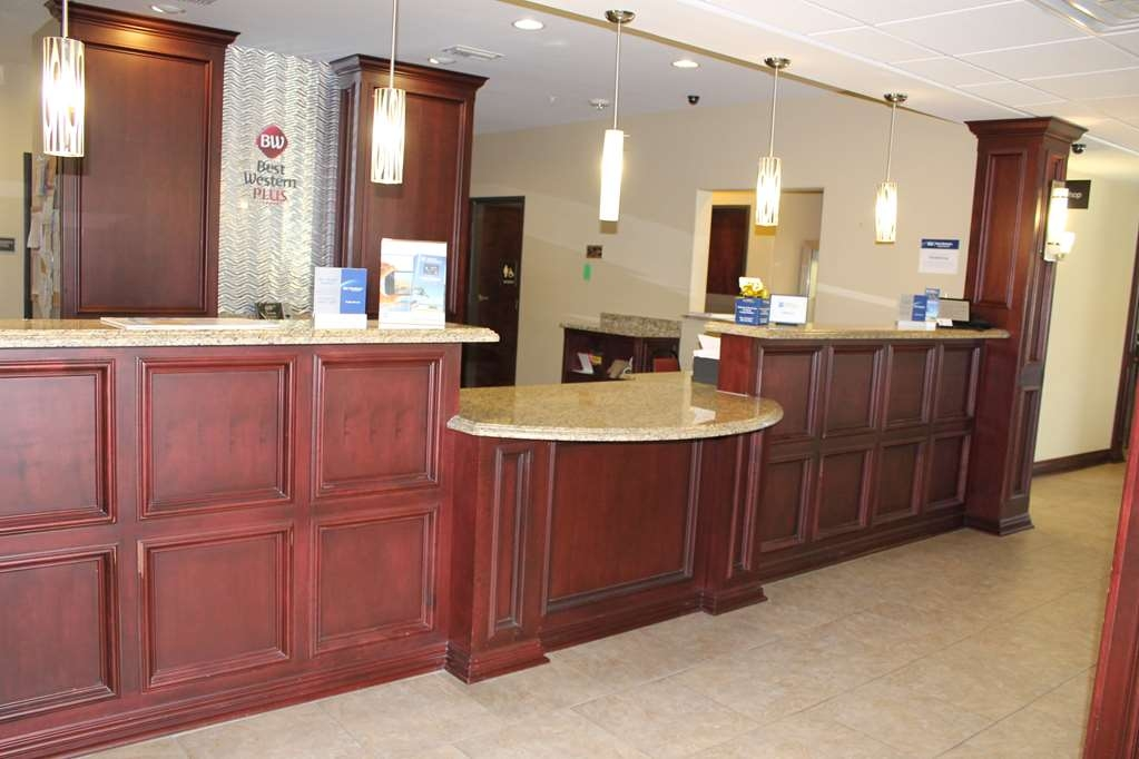 Best Western Plus Chalmette Hotel - Be greeted by our friendly front desk staff the moment you walk in the front door.