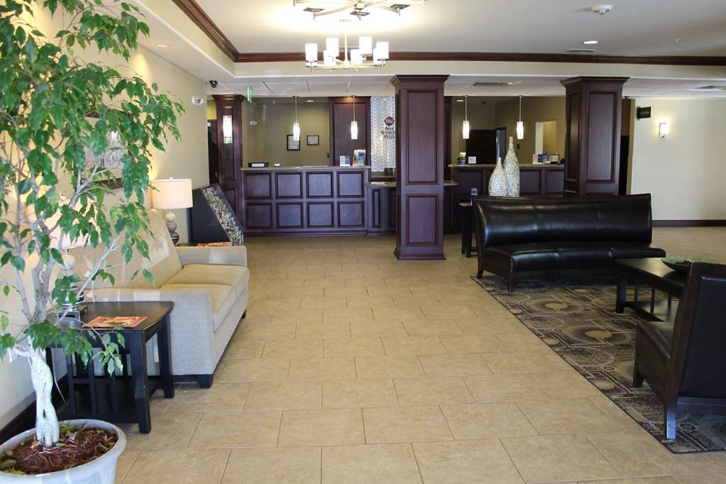Best Western Plus Chalmette Hotel - Socialize with friends or family in our spacious lobby.