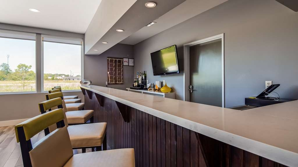 Best Western Plus Executive Residency Ascension Hotel - Unwind after a long day with a delicious cocktail in our onsite bar.