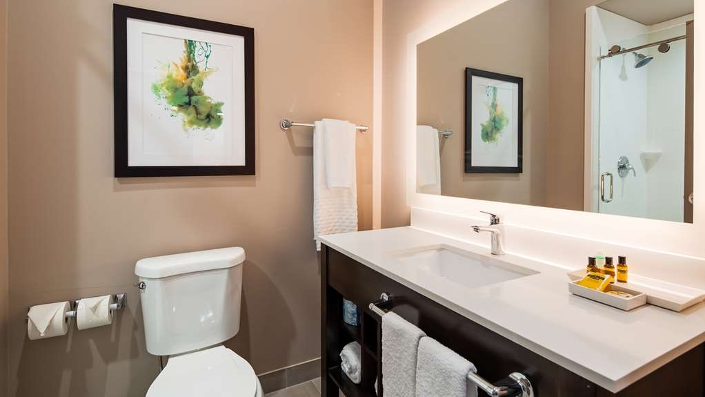 Best Western Plus Executive Residency Ascension Hotel - Enjoy getting ready for the day in our fully equipped guest bathrooms.
