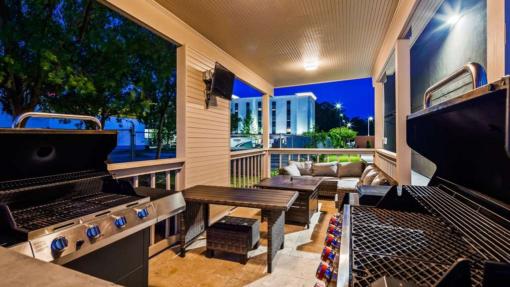 Best Western Plus Executive Residency Ascension Hotel - Throw some burgers on the grill and relax in our outdoor lounge space.