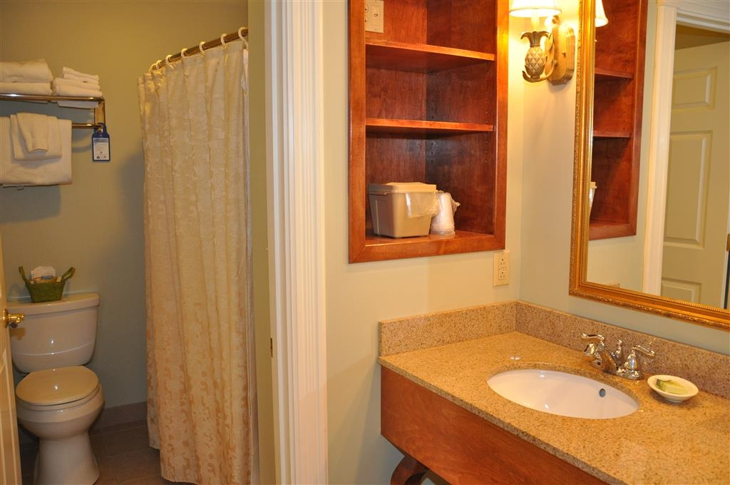 Best Western White House Inn - Enjoy getting ready for a day of adventure in this fully equipped king bathroom.