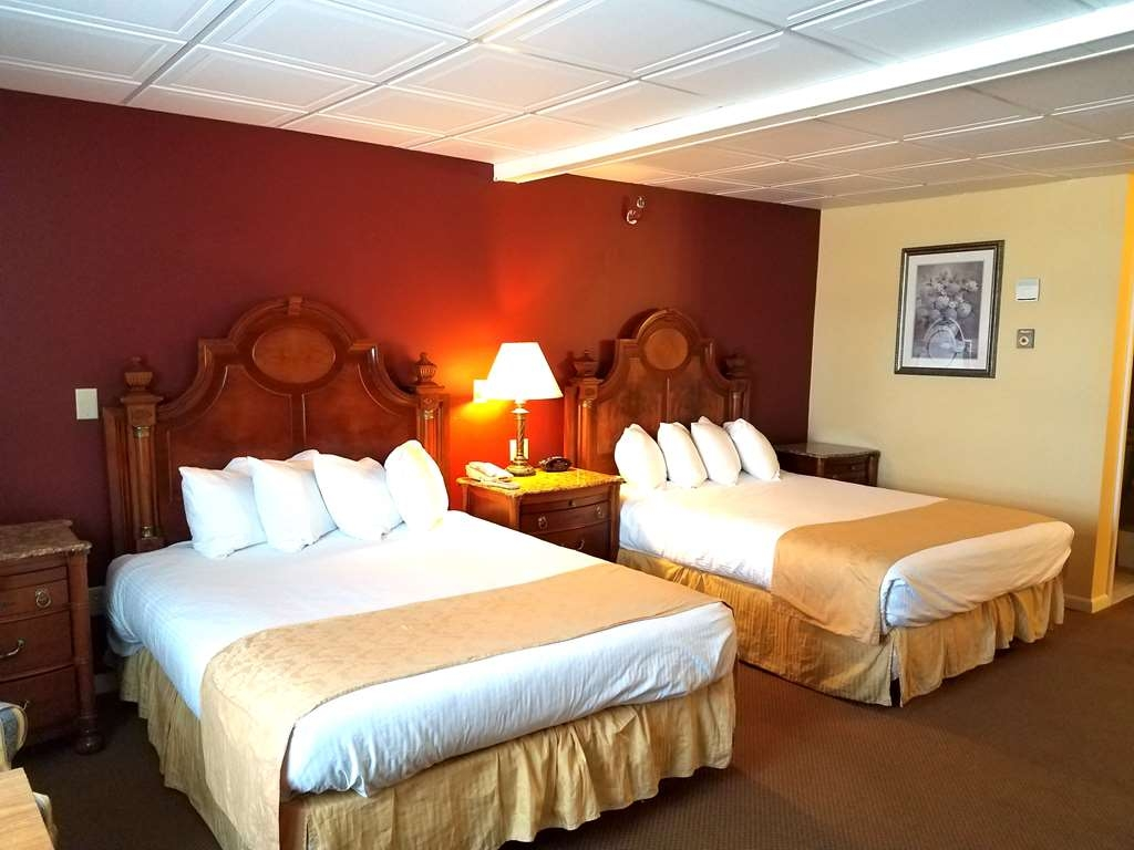 Best Western White House Inn - Family Room with 3 Queen Beds