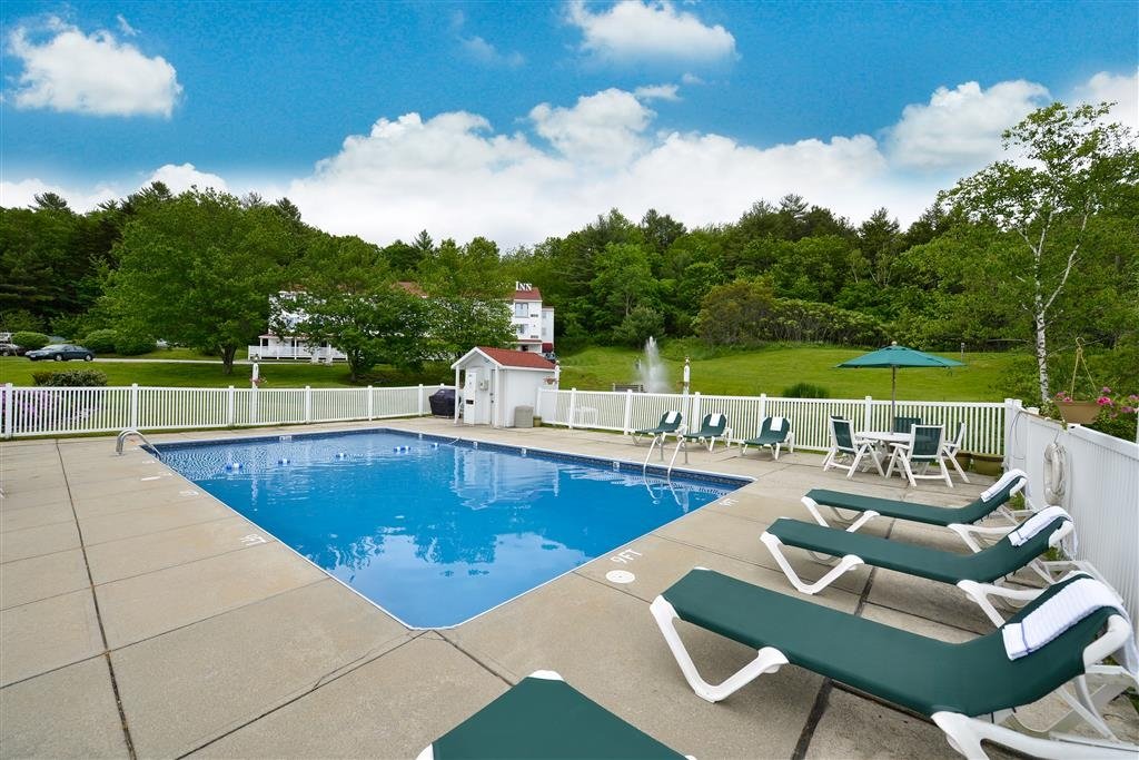 Best Western Freeport Inn - Whether you want to relax poolside or take a dip, our outdoor pool area is the perfect place to unwind.
