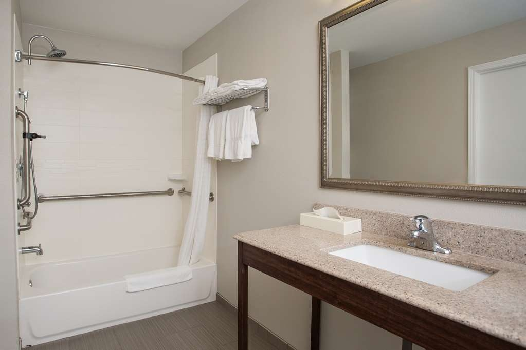 Best Western York Inn - Bathroom with tub