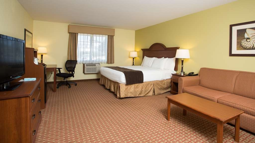 Best Western York Inn - Luxurious room featuring a king size bed with a pull out sofa