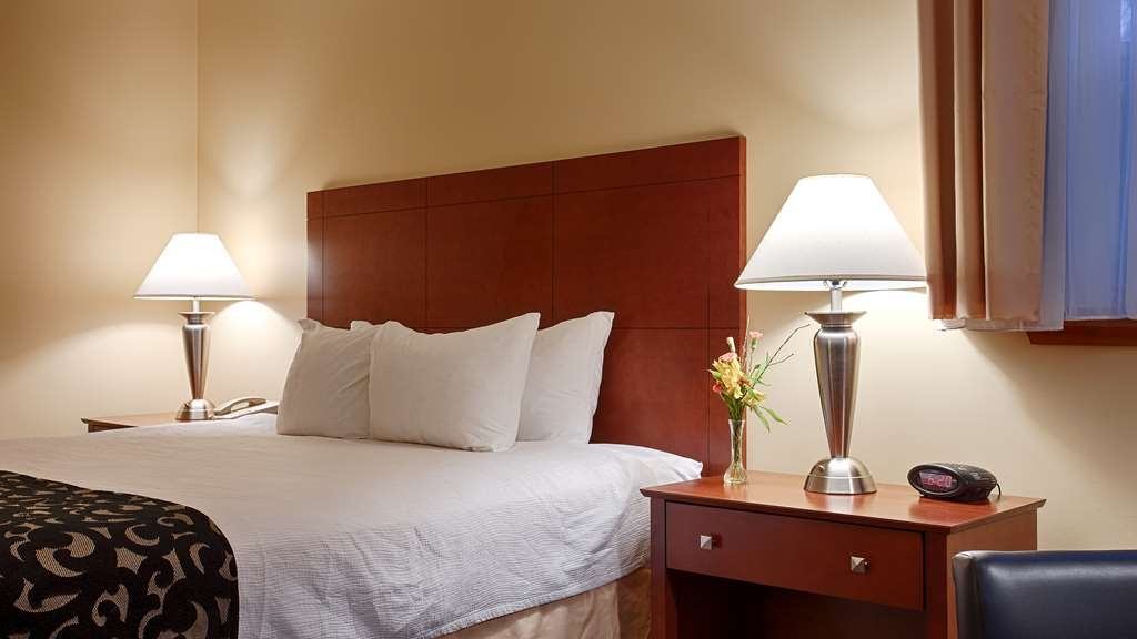 Best Western Plus Brunswick Bath - Our suite queen bedrooms consist of whirlpools sofabeds and mobility accessible.
