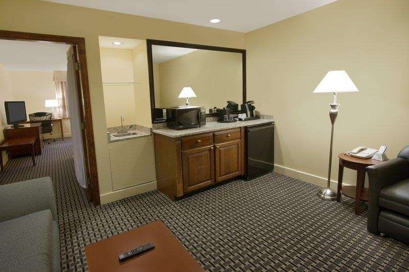 Best Western Plus Brunswick Bath - Make yourself at home in the queen bed suite which features a separate living room with a wet bar fridge and microwave.