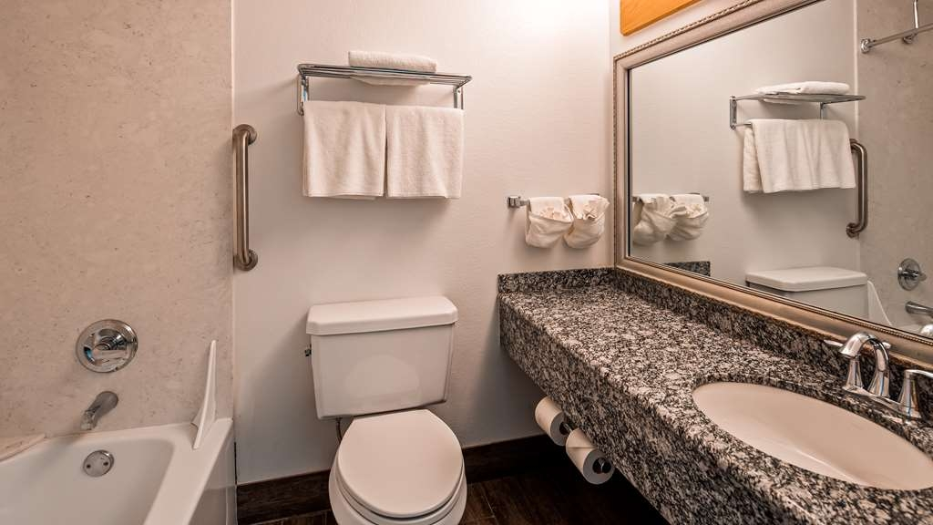 Best Western Valdez Harbor Inn - Guest Bathroom