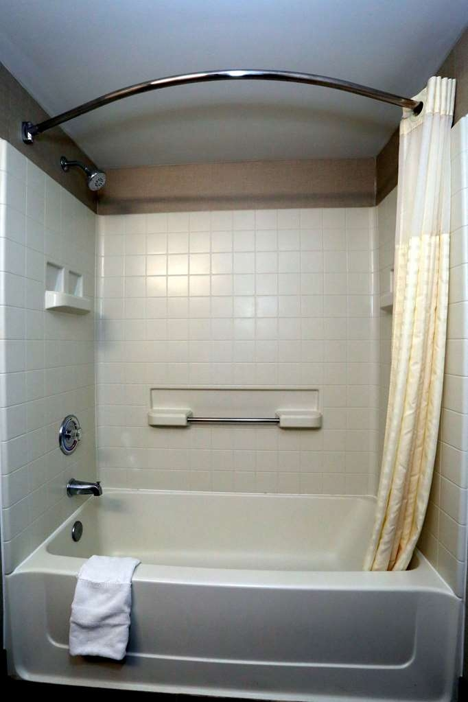 Best Western La Plata Inn - Enjoy getting ready for the day in this full equipped guest bathroom.