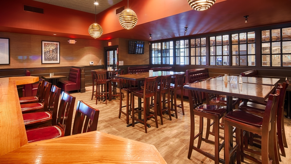 Best Western Plus Waltham Boston - Grab a cold beverage at Copper House Tavern