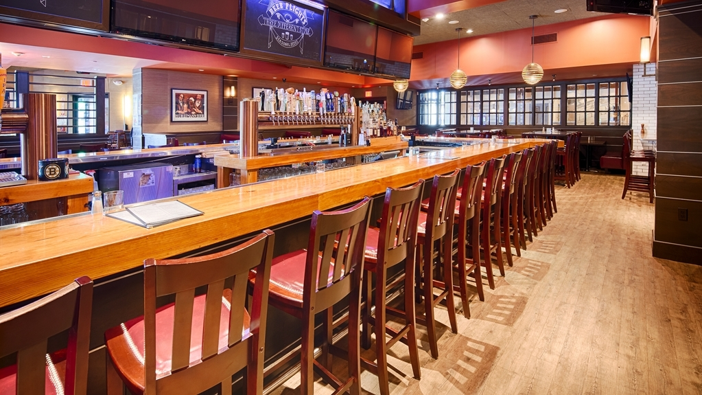 Best Western Plus Waltham Boston - Copper House Tavern offers great food and many drink options.