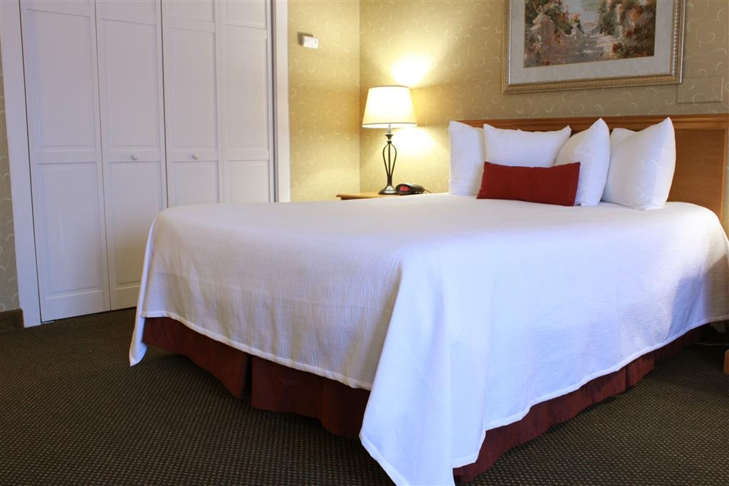 Best Western Merrimack Valley - Pull back the covers, hop in and catch your favorite TV show in our queen bedroom.