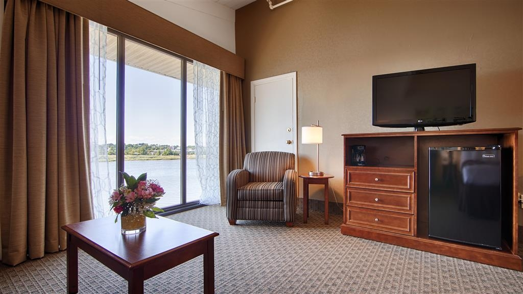 Best Western Adams Inn Quincy-Boston - At the end of a long day, relax in our clean, fresh room featuring a water view.