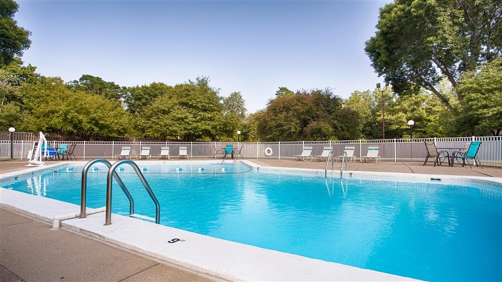 Best Western Plus Chelmsford Inn - Soak up the sun in one of our comfortable lounge chairs by our outdoor swimming pool.