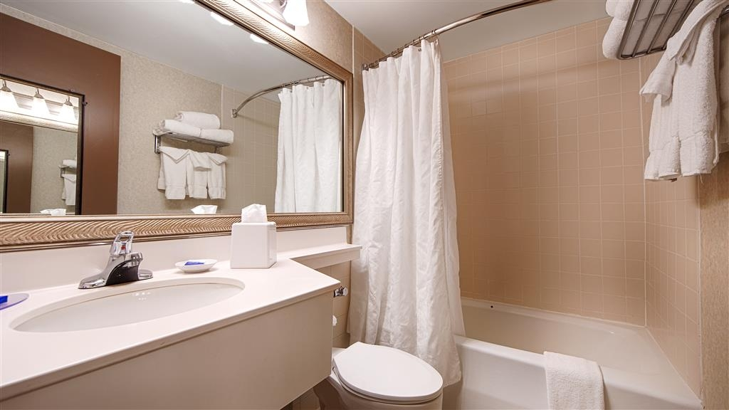 Best Western Plus Chelmsford Inn - Get ready for a day full of adventure in our guest bathroom.