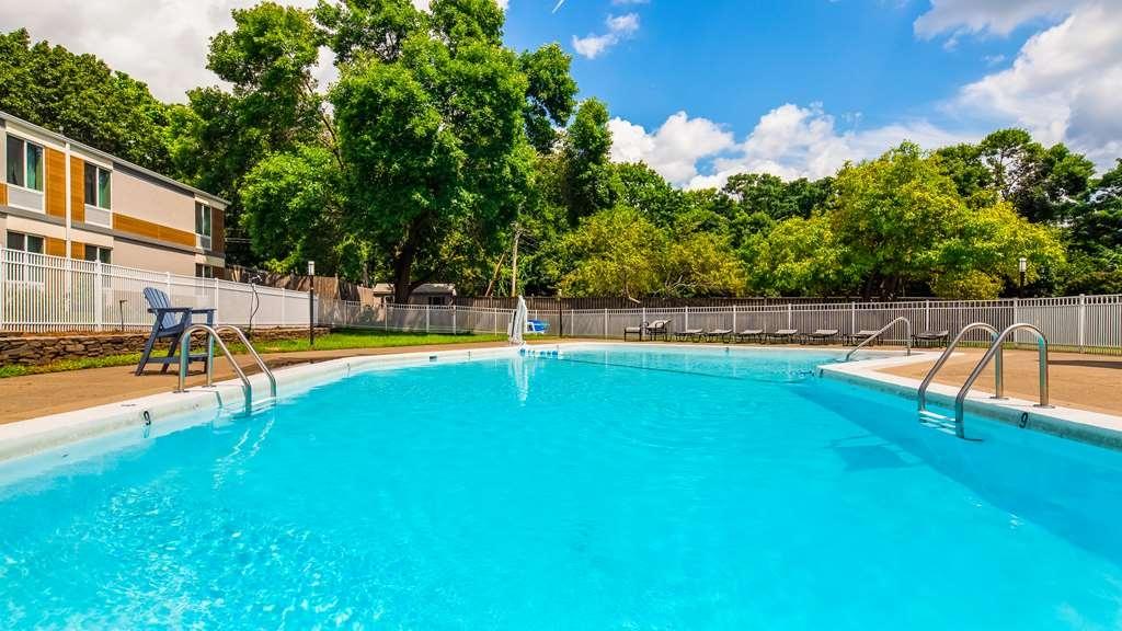 Best Western Plus Chelmsford Inn - Vista de la piscina