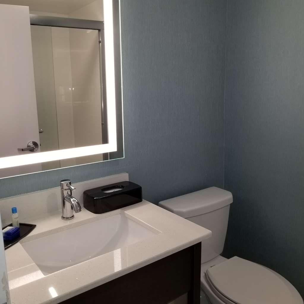 Best Western Plus Chelmsford Inn - Enjoy all the conveniences you need in our guest bathrooms.