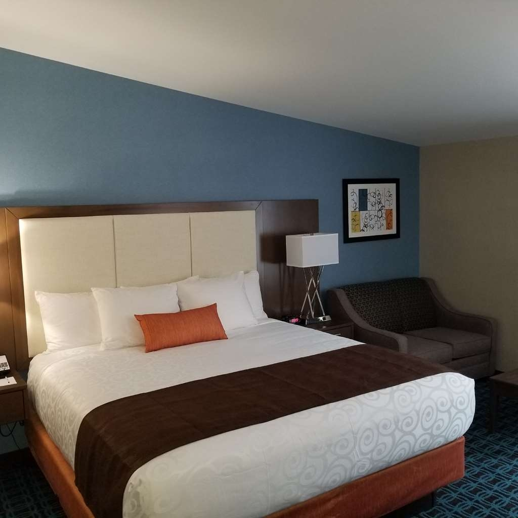 Best Western Plus Chelmsford Inn - Relax after a long day of travel in our King Twin Sofabed room type.